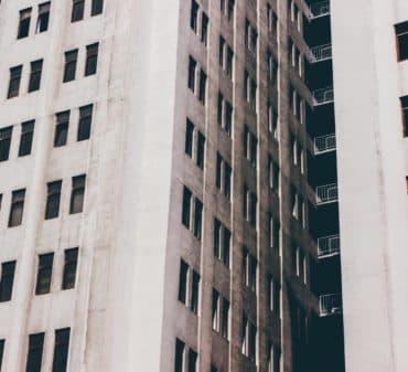 Оценка недвижимости и износ жилого фонда: что делать со старыми домами?